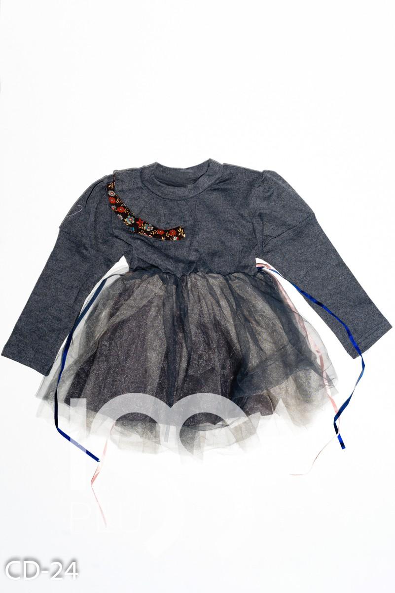 Серое нарядное платье из трикотажа с фатиновой юбкой и жабо