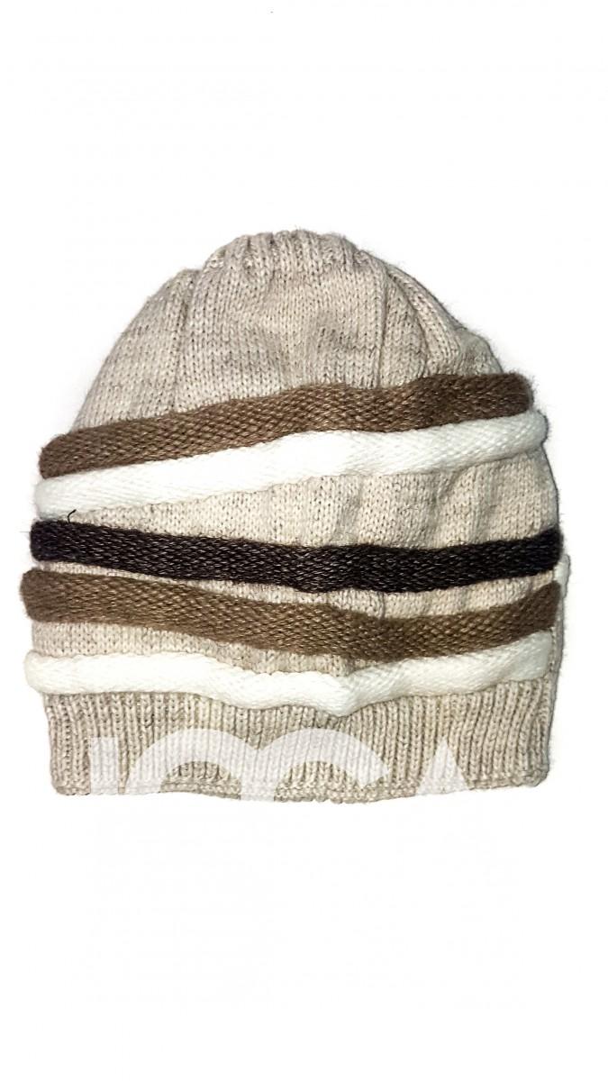 Бежевая вязаная шапка с цветными объемными полосами