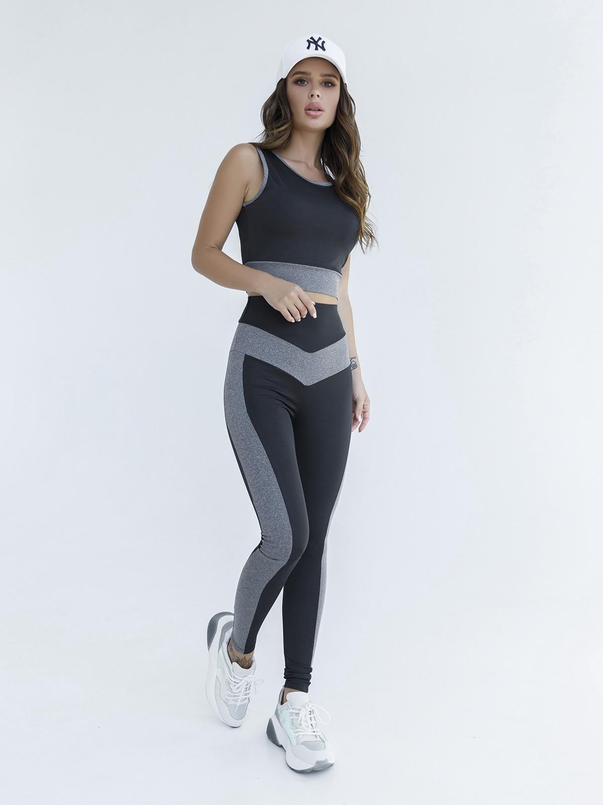 Черно-серый эластичный костюм для фитнеса