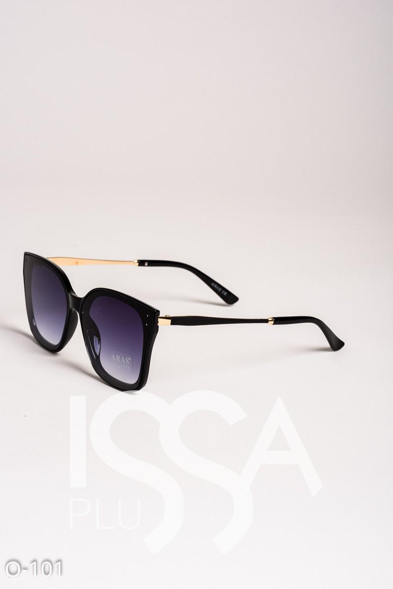 Темные очки в пластиковой черной оправе с золотистыми дужками