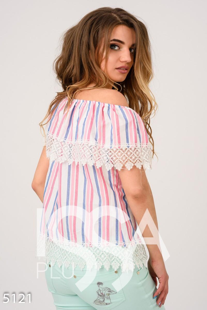Белая блузка в розовую и голубую полосы с отворотом и кружевом