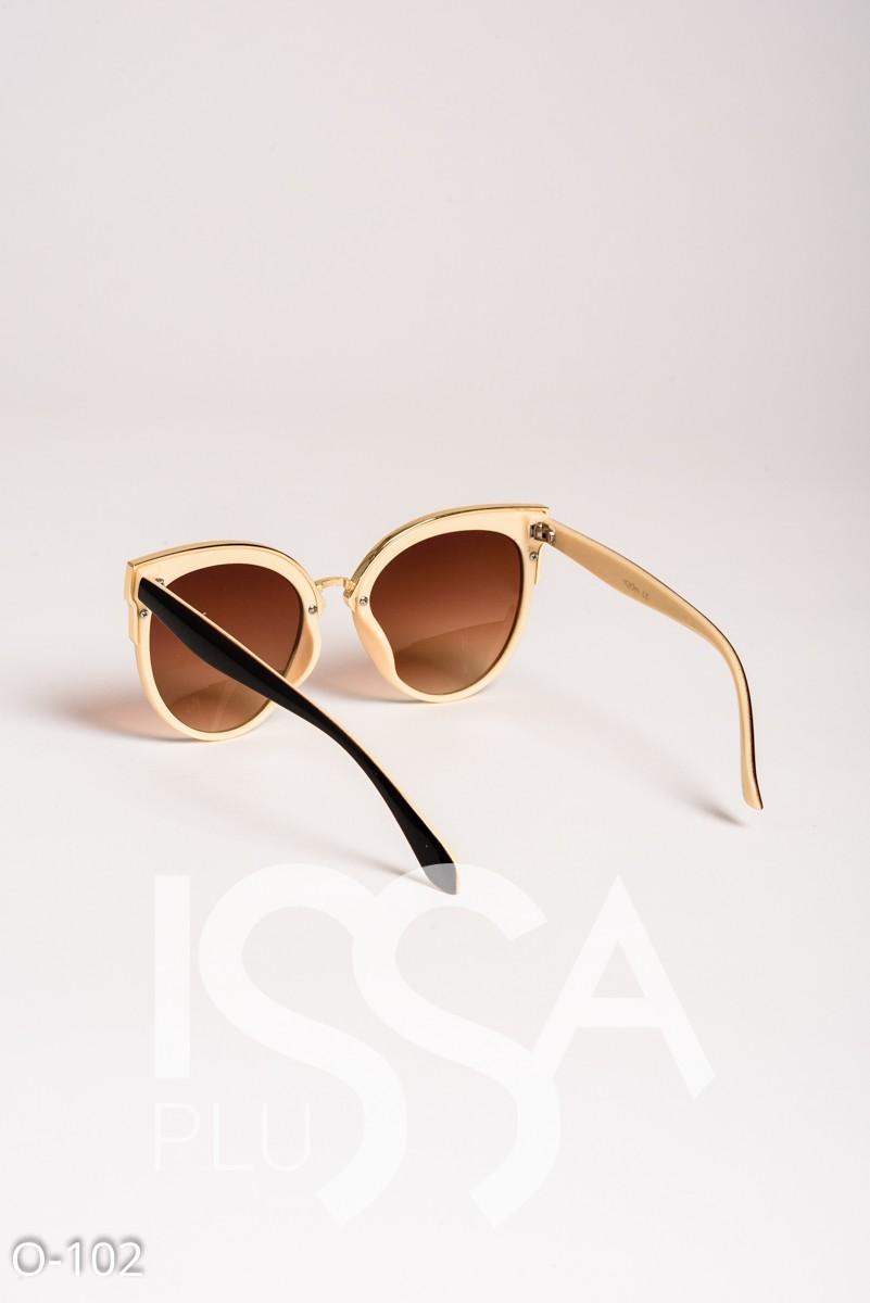 Коричневые очки-кошечки в черной с золотом широкой оправе