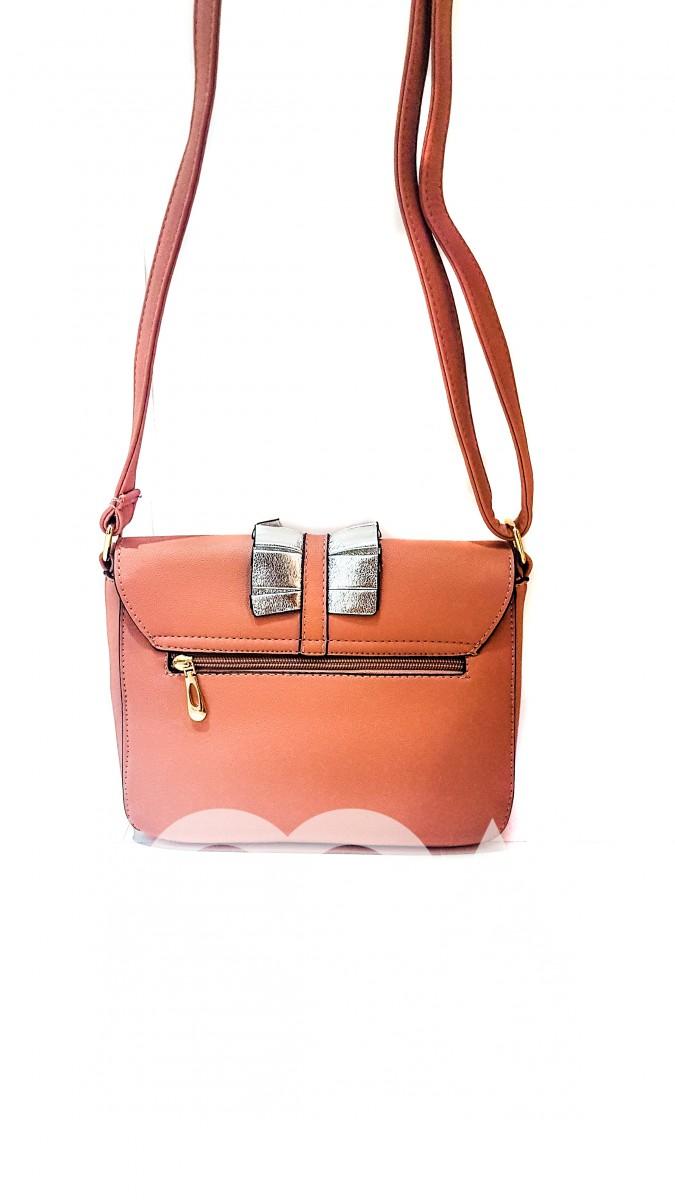 Розовая сумочка с круглым замочком и серебристыми оборками