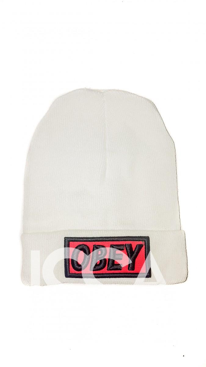 Белая шапочка с широким отворотом и нашивкой OBEY
