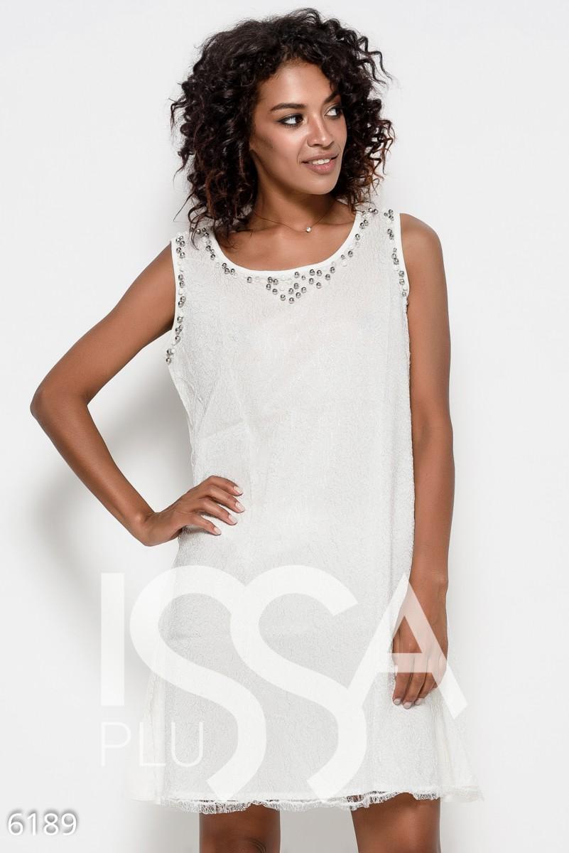 Молочное нарядное платье без рукавов с передом из серебристого люрекса и инкрустированными бусинами проймами