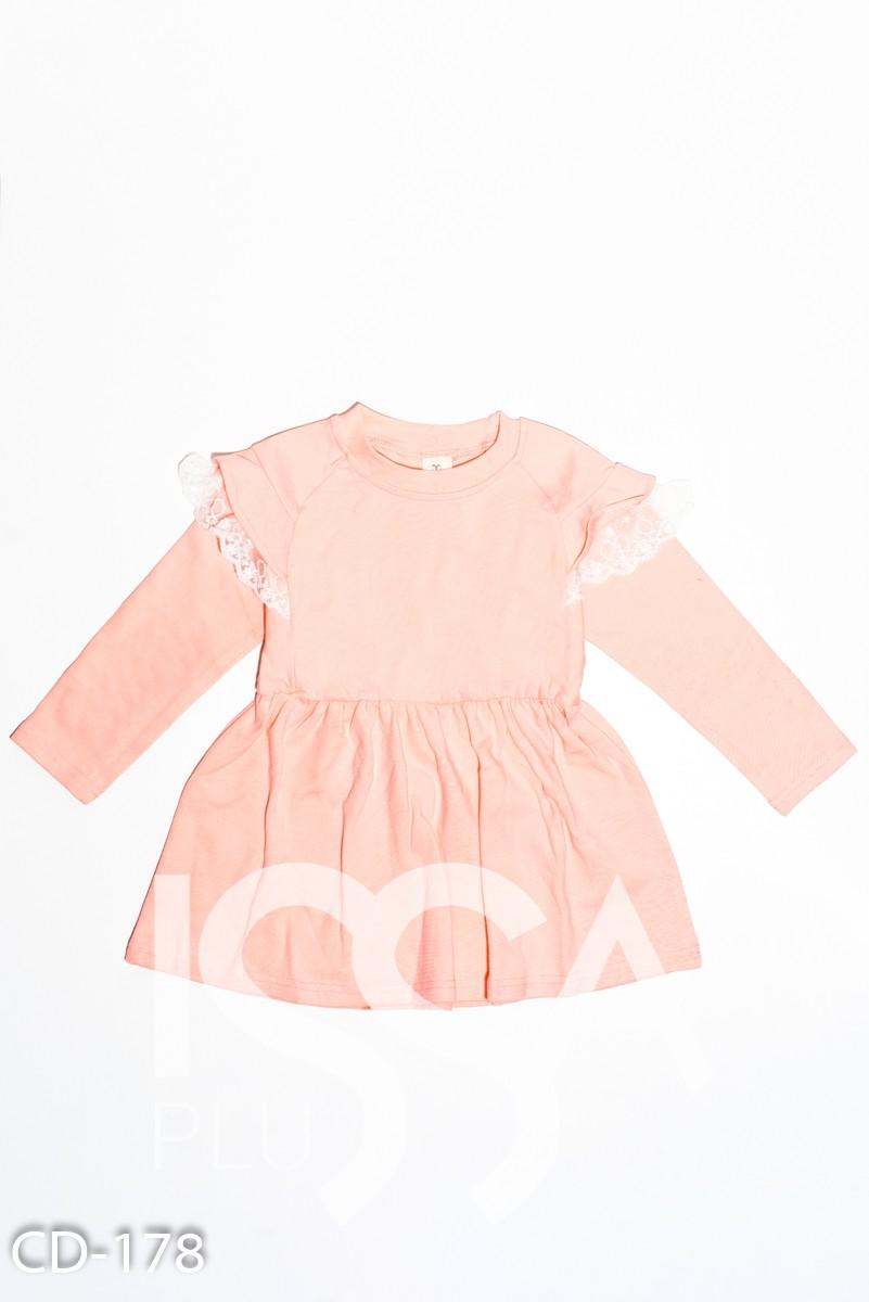 Персиковое трикотажное приталенное платье с кружевными воланами
