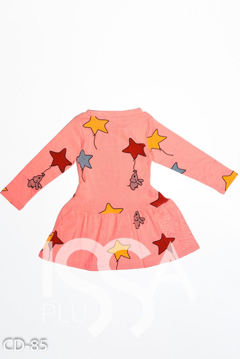 Персиковое трикотажное платье с воланом и ярким принтом