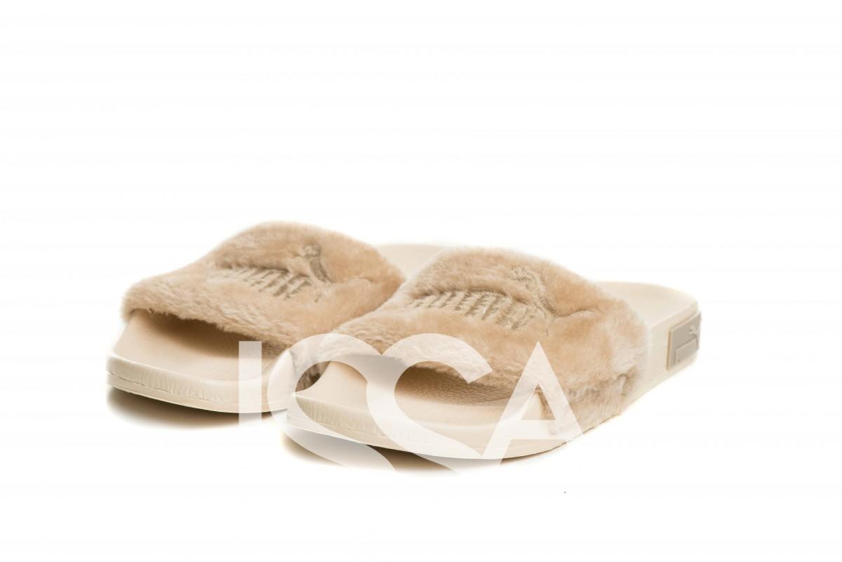 Бежевые меховые тапочки с вышивкой на плотной подошве