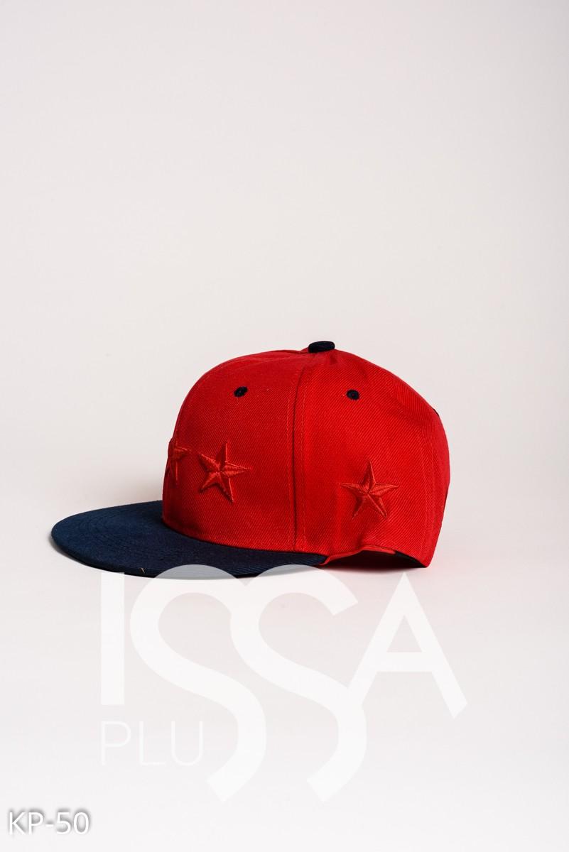 Красная кепка с красными вышитыми звездами