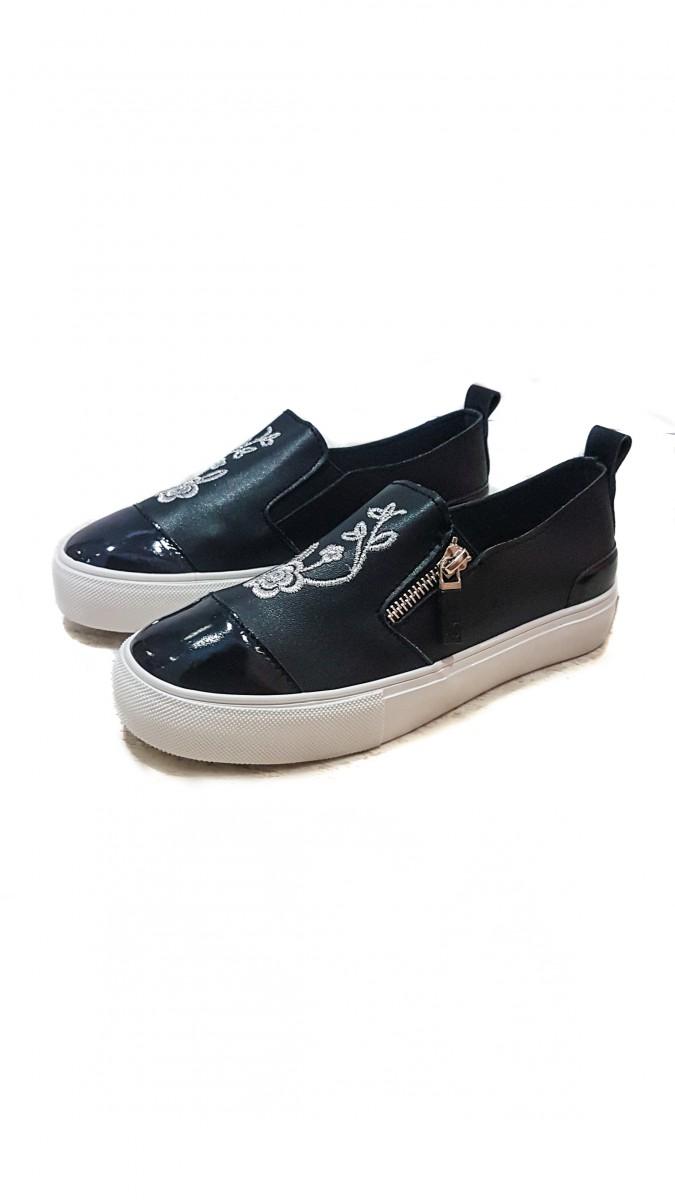 Черные слипоны из эко-кожи с глянцевым носком и вышивкой