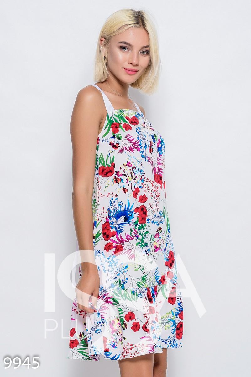 Белое короткое платье-сарафан из софта с цветочным принтом, воланом по низу и шлейками