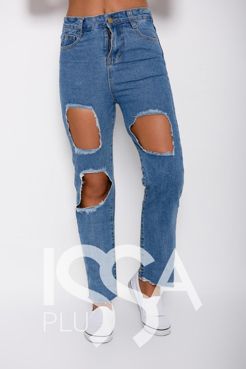Синие прямые джинсы с крупными вырезанными дырами и грубым срезом