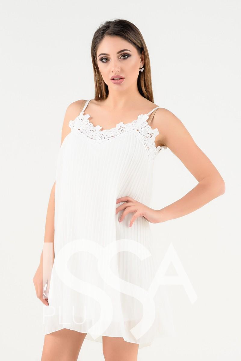 Белое плиссированное платье с кружевом на тонких бретельках