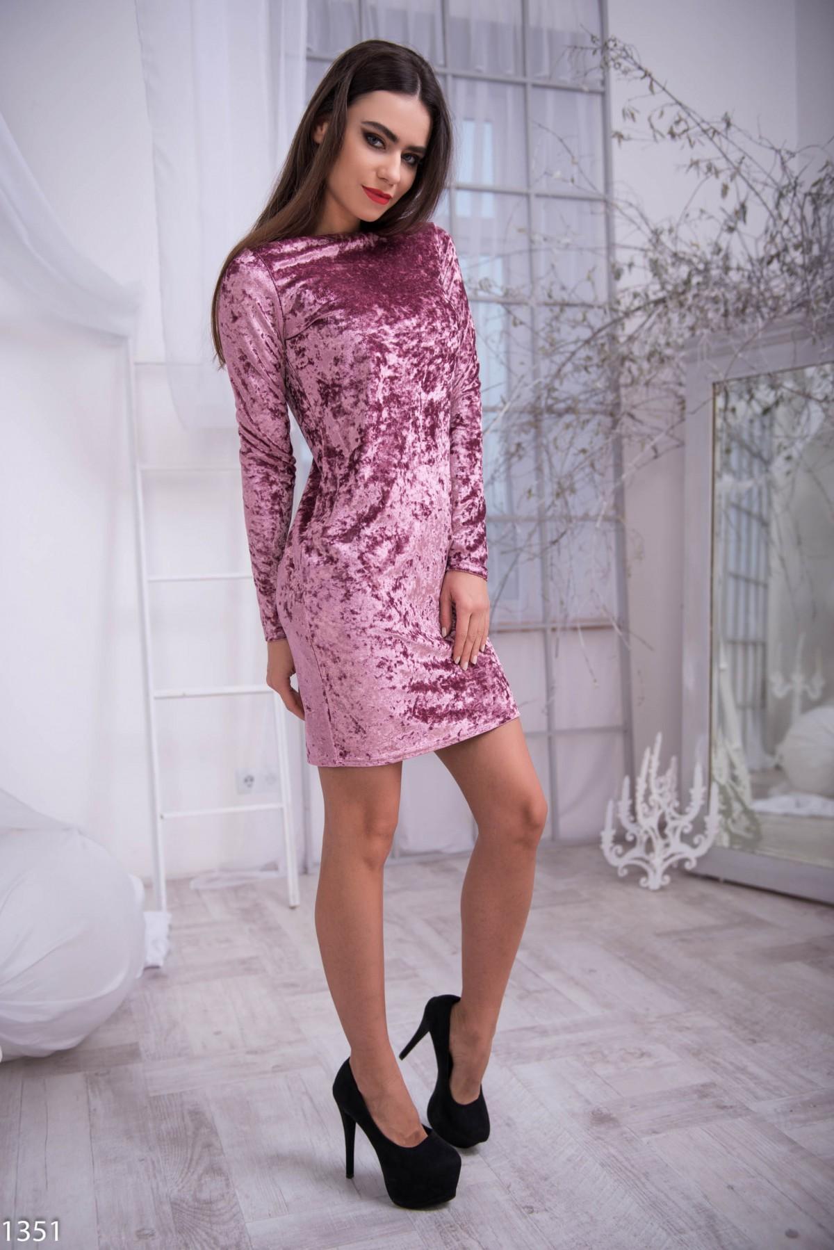 Розовое велюровое платье