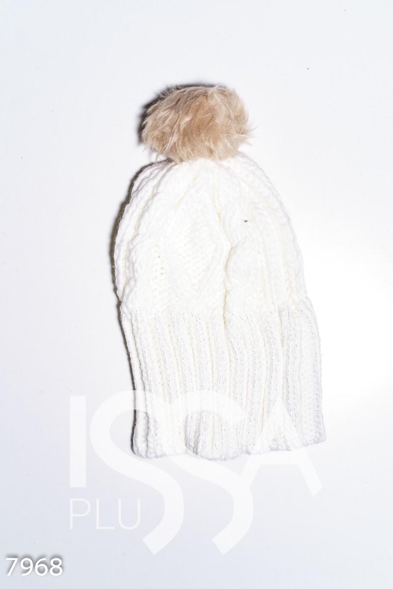 Белая вязаная шапка с люрексом и помпоном