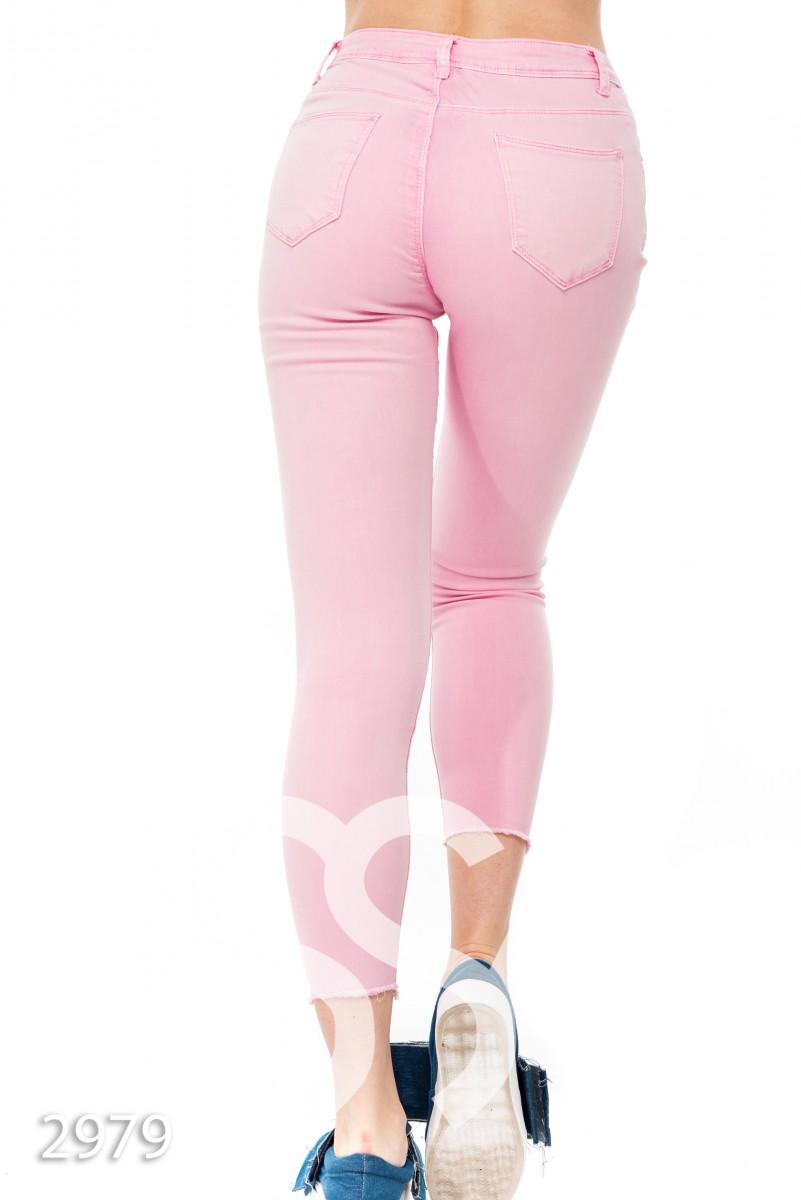 Розовые укороченные джинсы с прорезями на коленях
