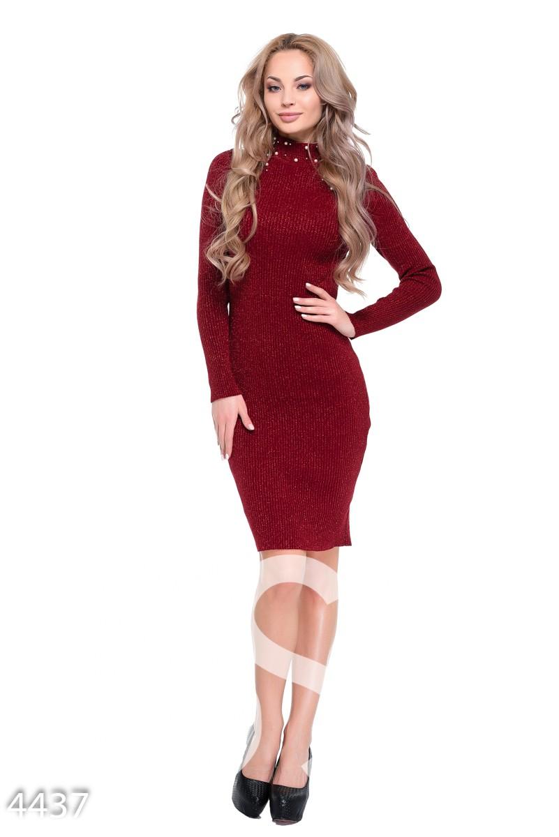 Бордовое облегающее платье в рубчик с бусинами и разрезами на плечах