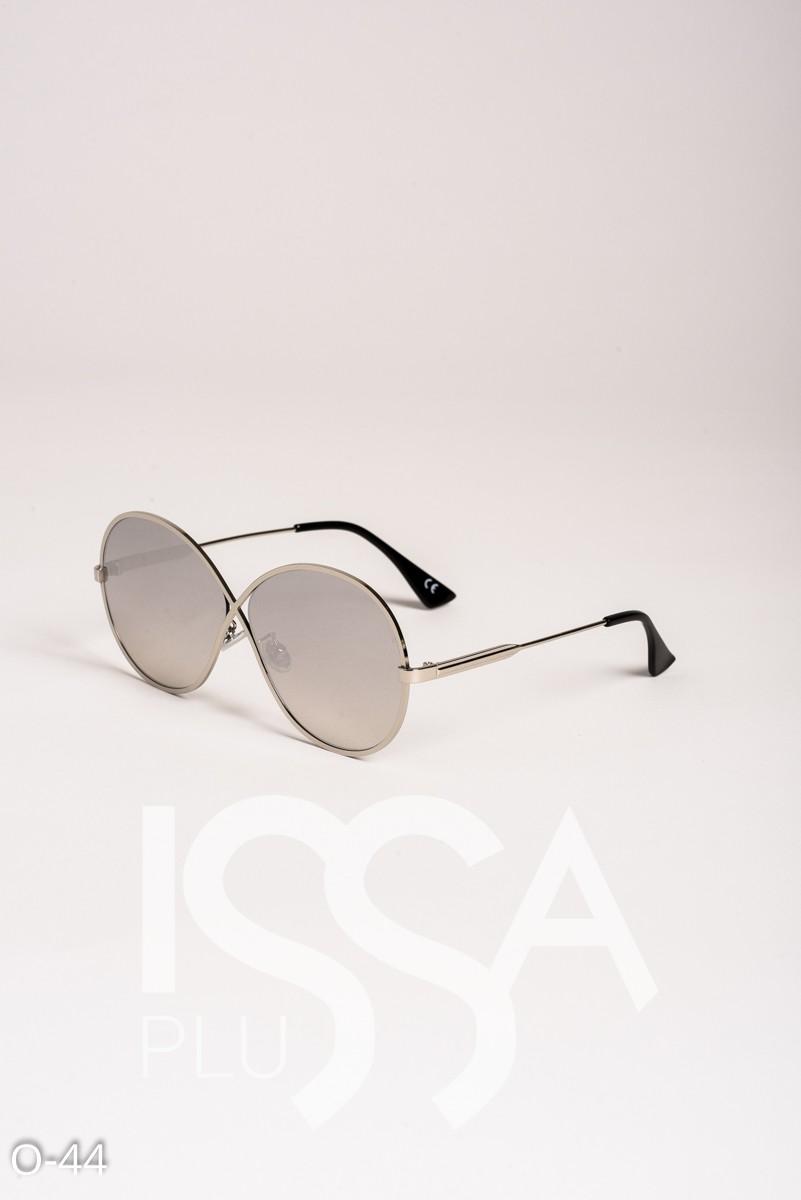 Серые солнечные очки в металлической оправе с перекрестьем на переносице