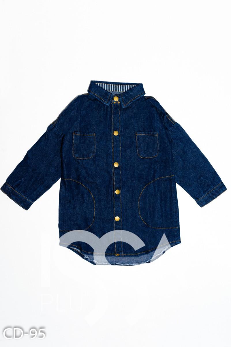 Синее джинсовое платье-рубашка с карманами и принтом на спине