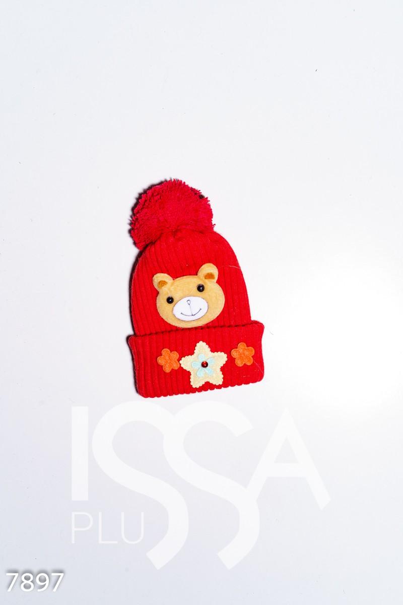 Красная вязаная демисезонная шапка с аппликациями и помпоном