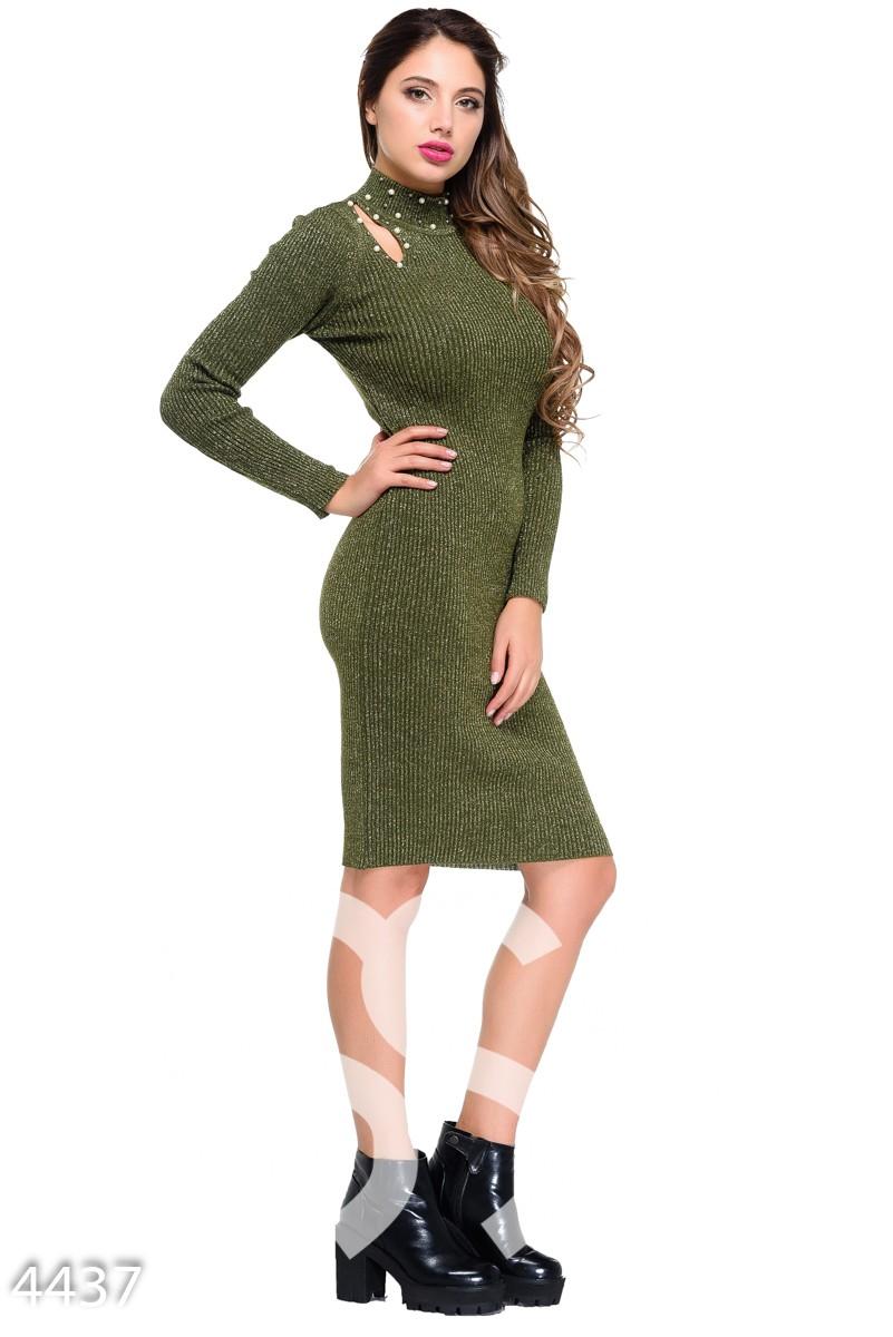 Зеленое облегающее платье в рубчик с бусинами и разрезами на плечах