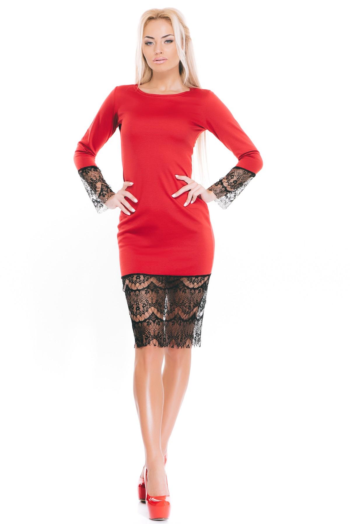 Красное платье с черными кружевами