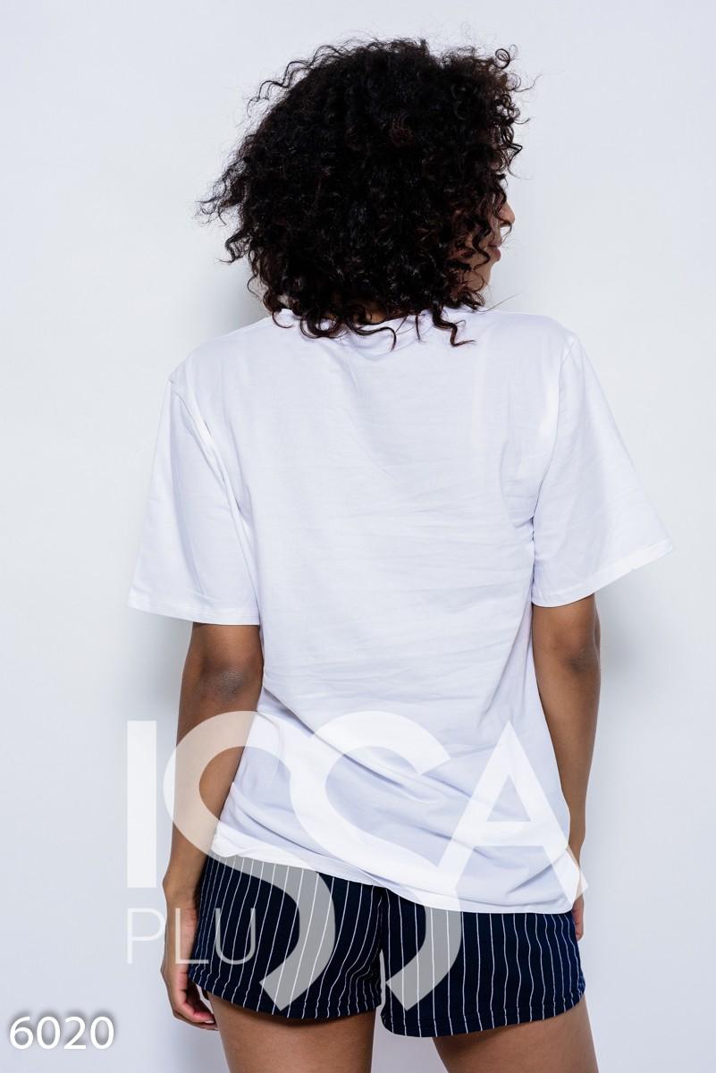Белая трикотажная удлиненная футболка с аппликацией в виде ананаса с пайетками, бусинами и стразами
