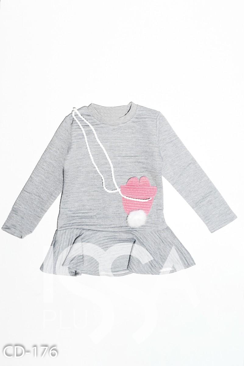 Серое фактурное платье с воланом и карманом-сумкой через плечо