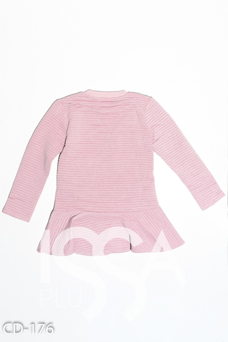 Розовое фактурное платье с воланом и карманом-сумкой через плечо
