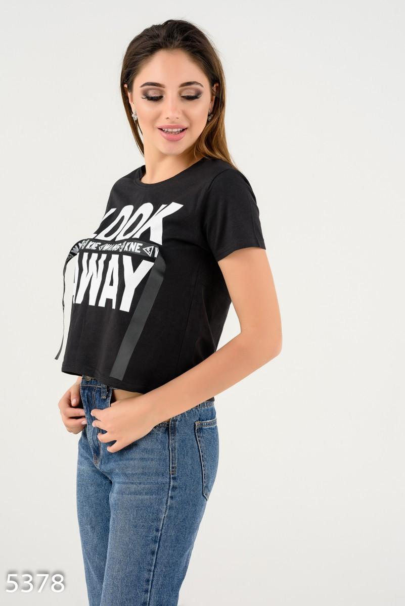 08baf381241 ... Черная короткая футболка с крупным белым принтом и лентой  237 грн.  фото 3 ...