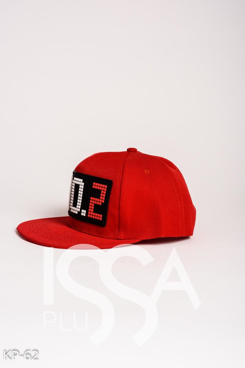 Красная кепка со стильной аппликацией CHO.2
