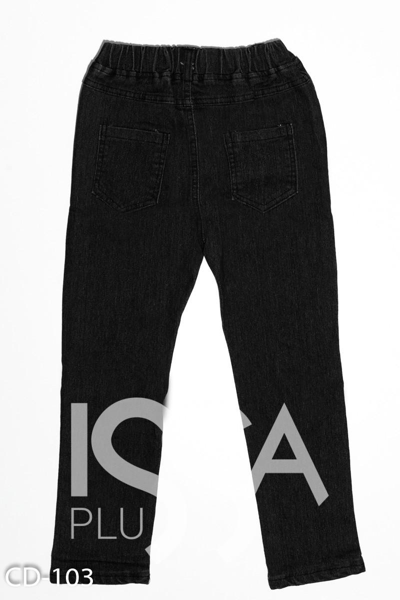 Черные однотонные рваные на коленках джинсы