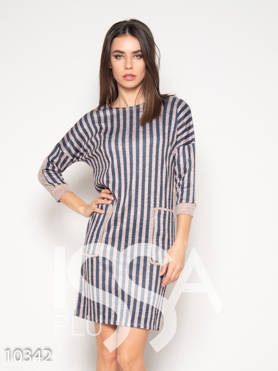 Бежевое полосатое платье с карманами