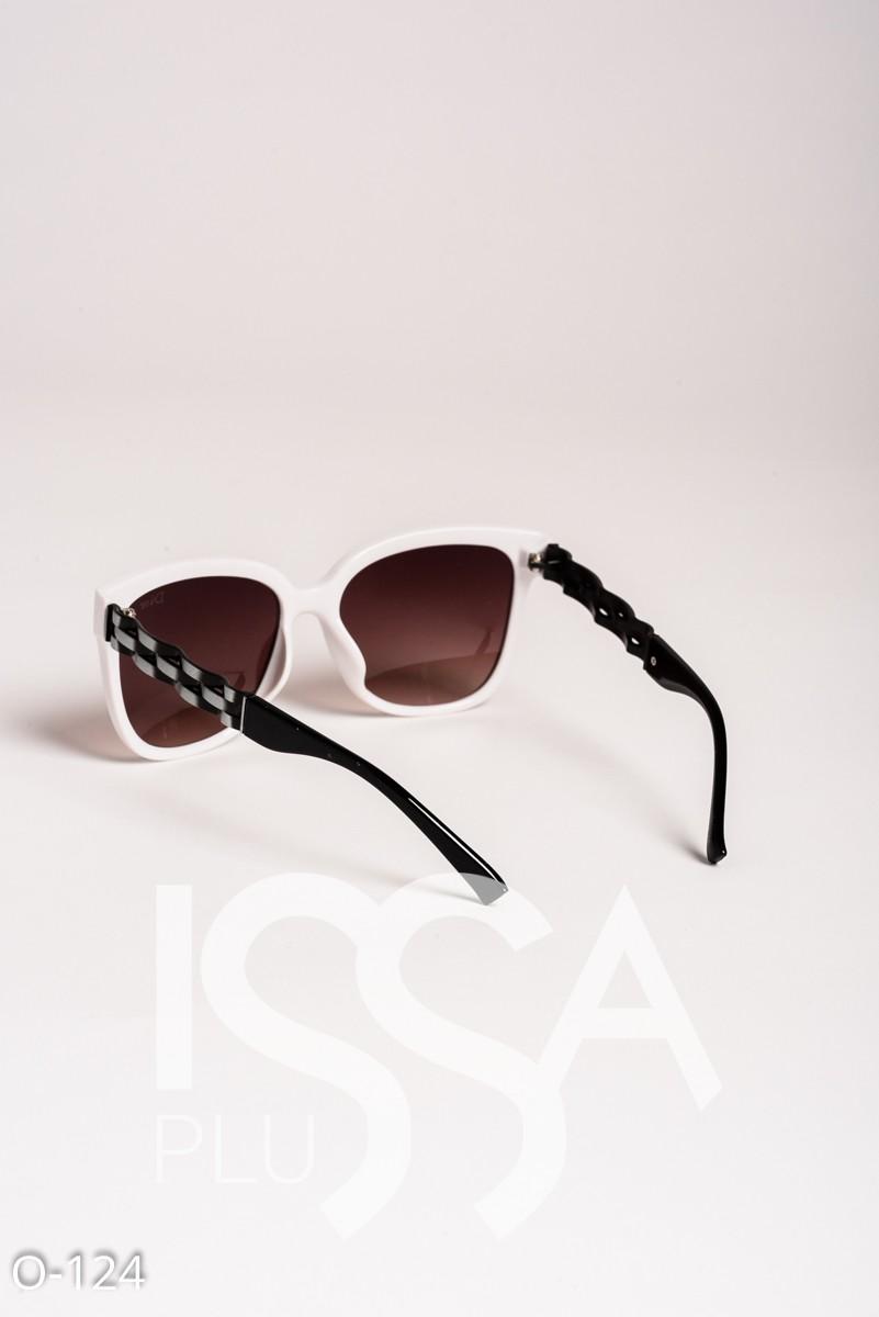 Солнечные очки в белой пластиковой оправе в стиле Диор
