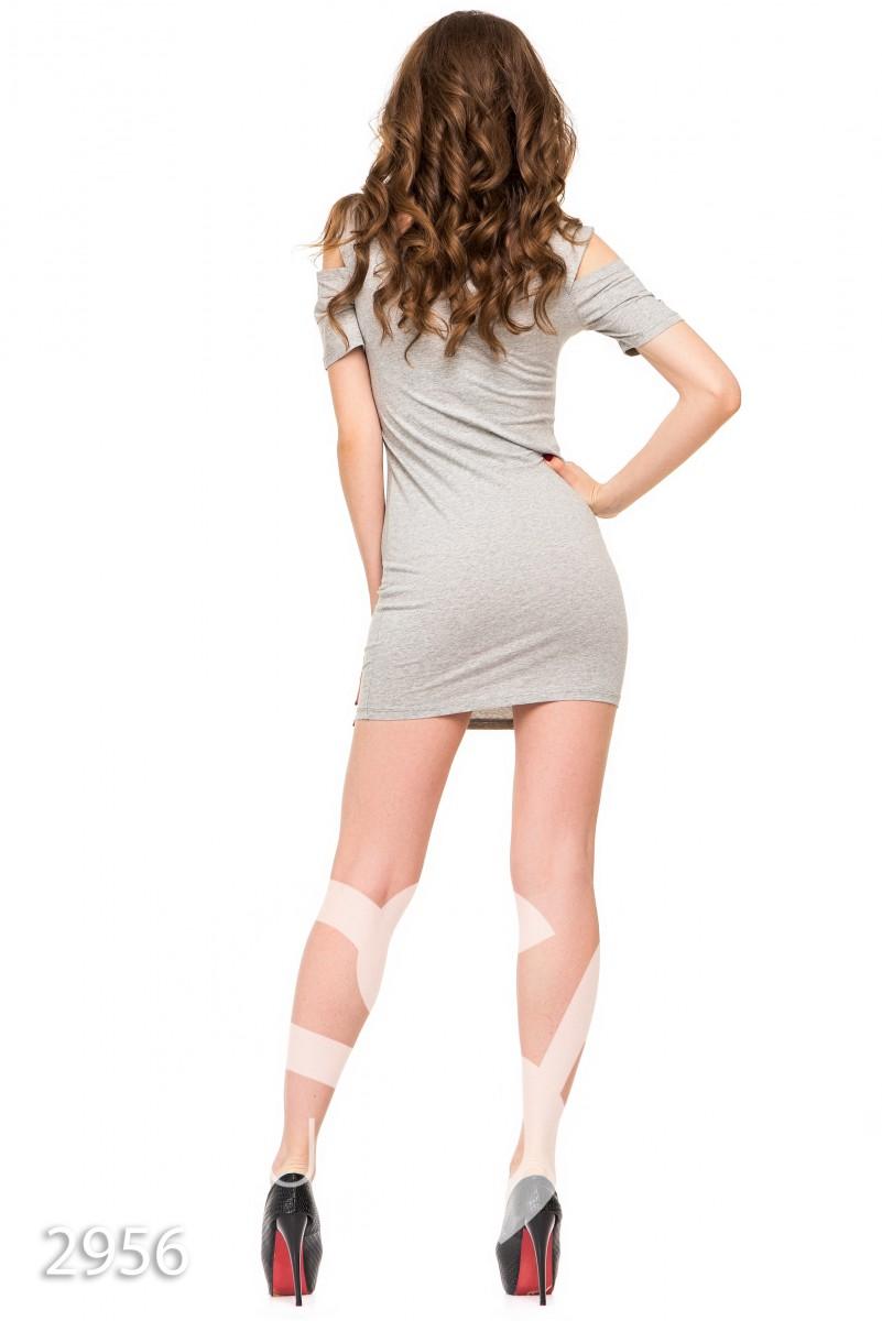 Серое платье-футболка с принтом и прорезями на плечах