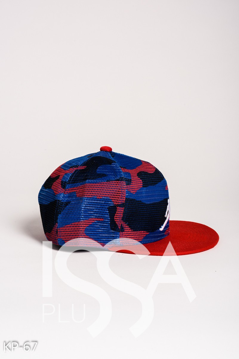 Красно-синяя камуфляжная кепка с белым принтом баскетболиста
