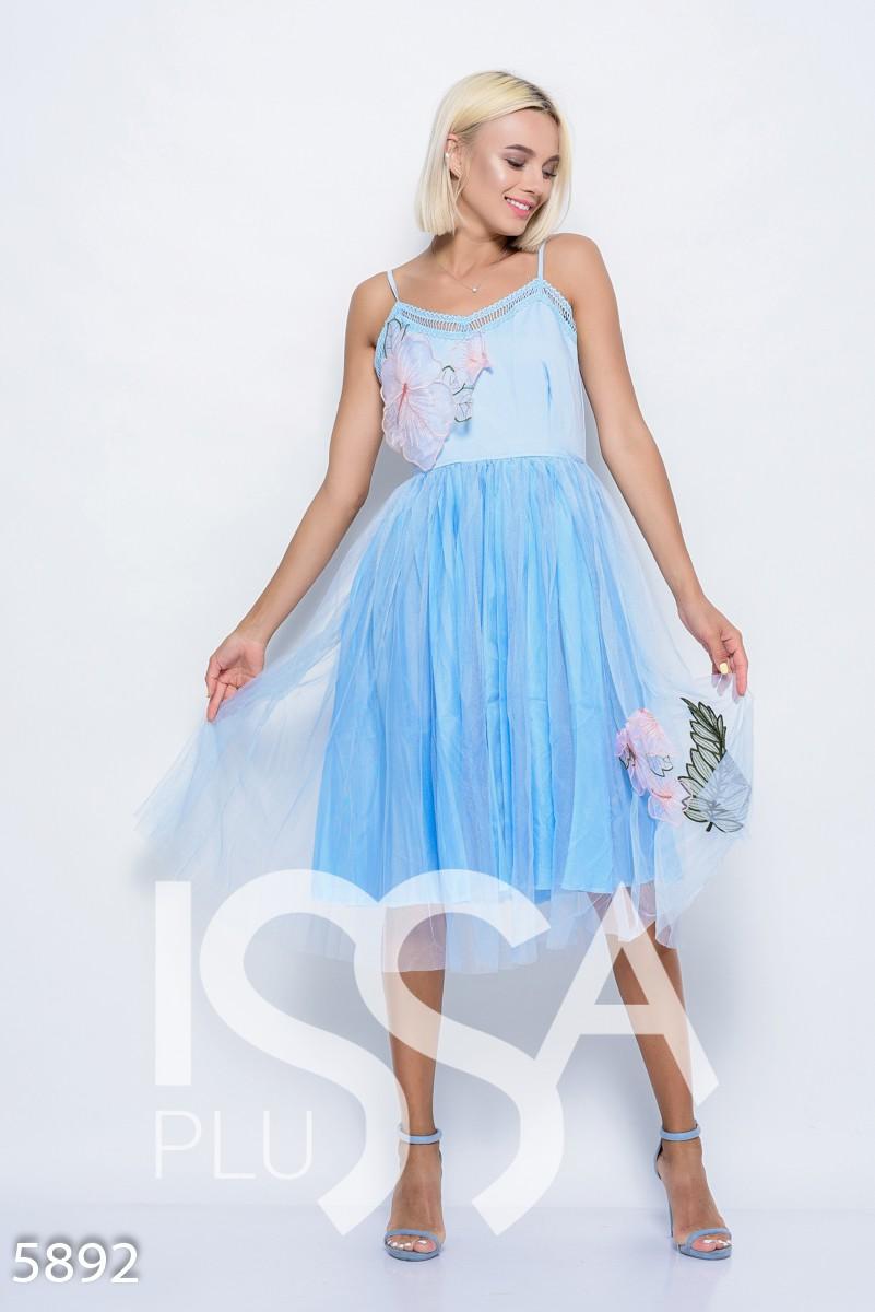 Голубое платье на бретельках с фатиновой юбкой длины миди и объемной цветочной аппликацией на лифе