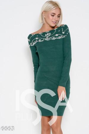 280180310b5 Зеленое трикотажное платье с фактурными полосами и расшитой горловиной  жемчугом и стразами