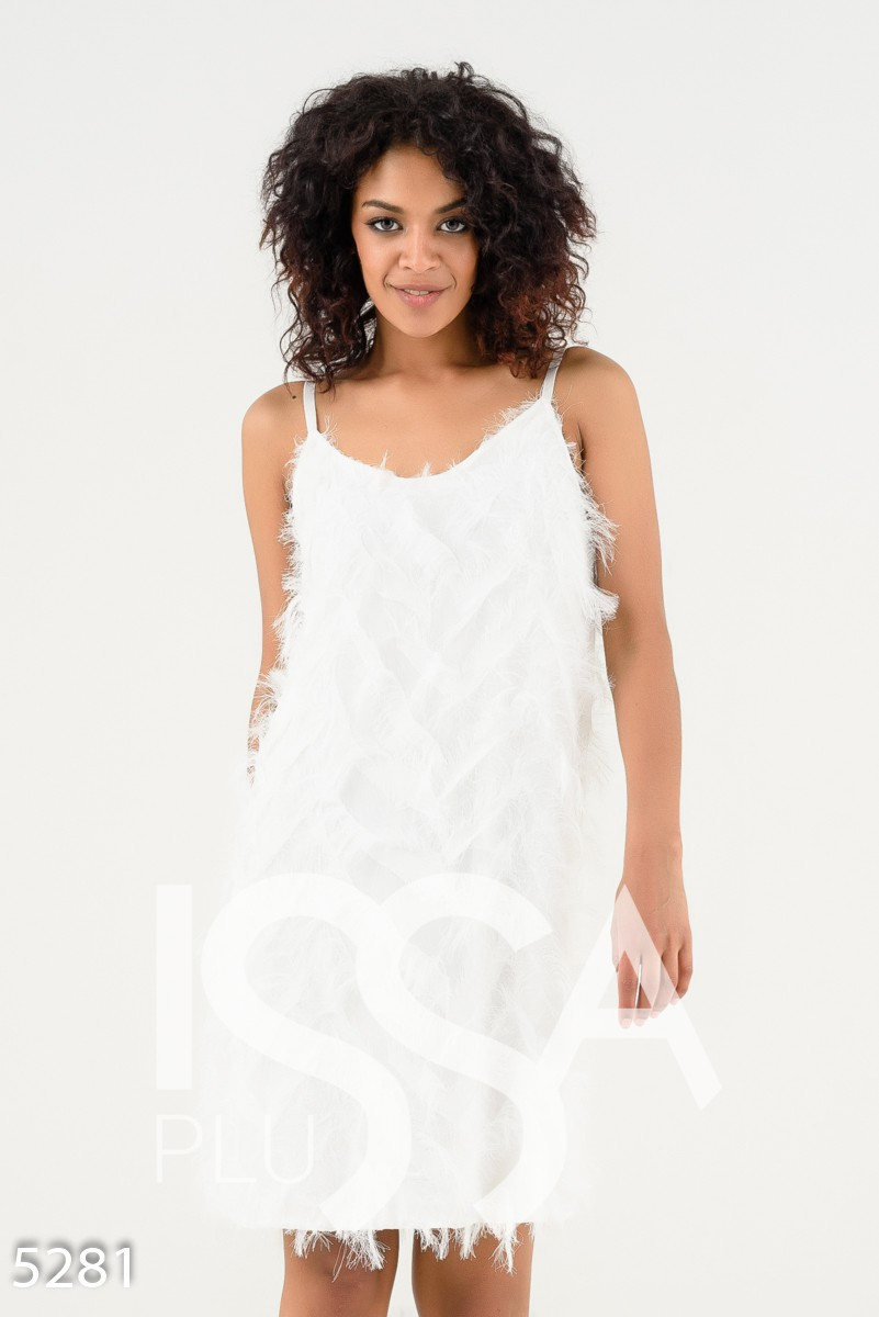 Белое вечернее платье на тонких бретельках с нитяной травкой под перья
