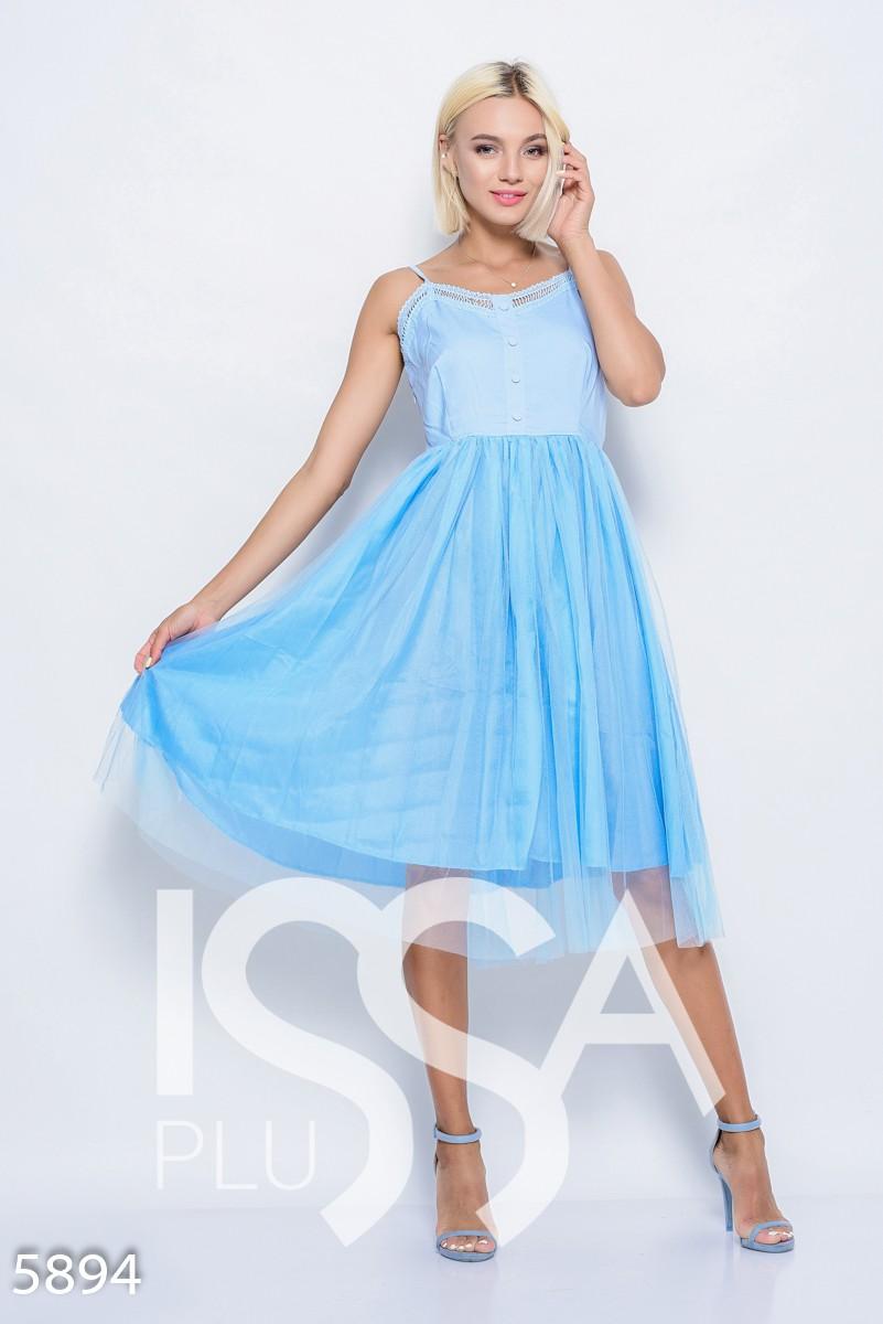 Голубое платье на бретельках с пуговицами на лифе и фатиновой юбкой миди