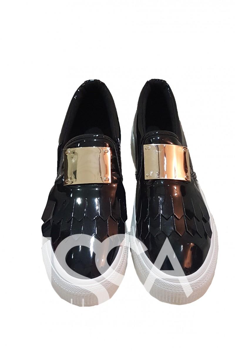 Черные лаковые слипоны с полосками бахромы и металлической планкой