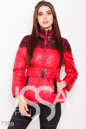 13fa9dc7b12a Красная приталенная куртка с воротником-стойкой и декором из черного кружева