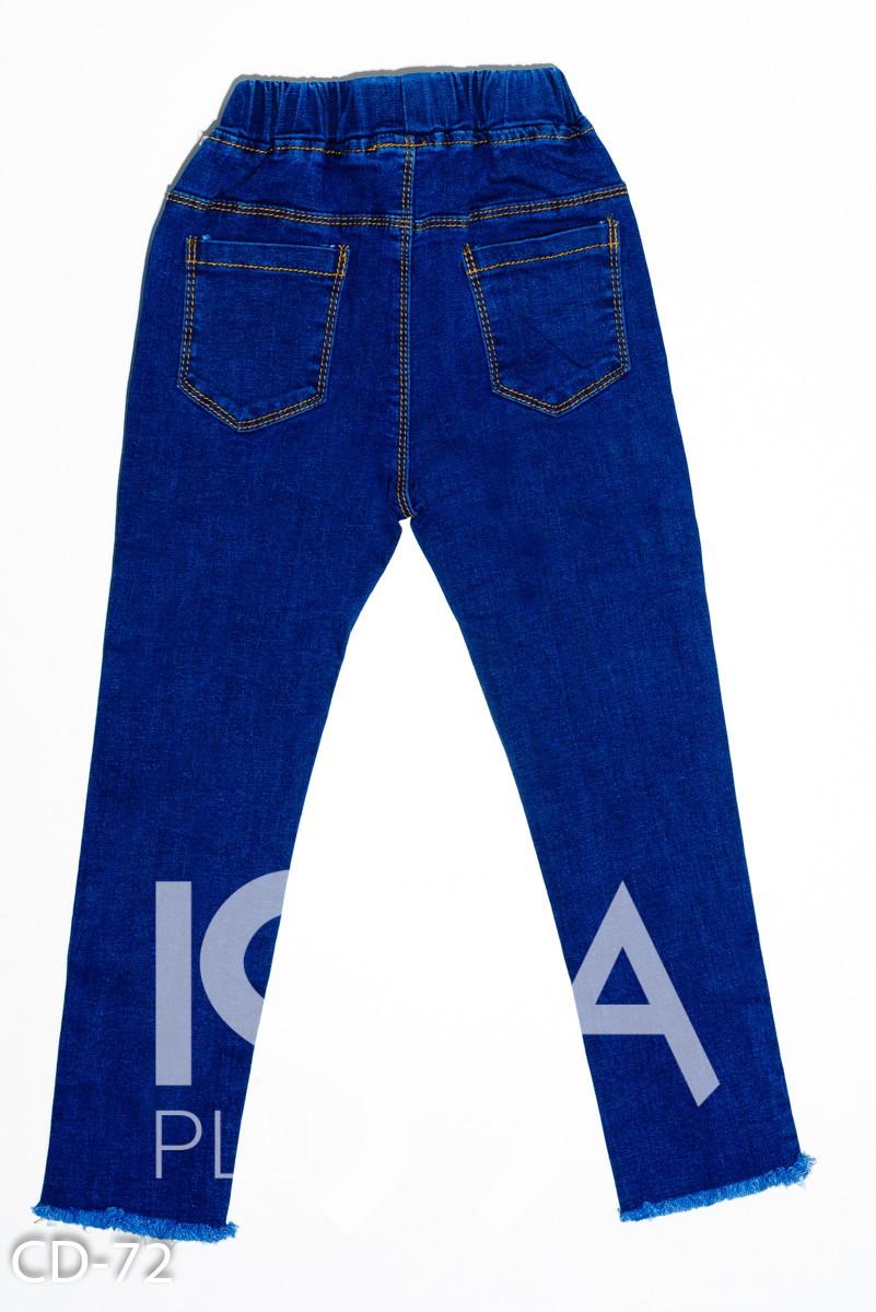 Синие джинсы с рваной перфорацией и бахромой по низу
