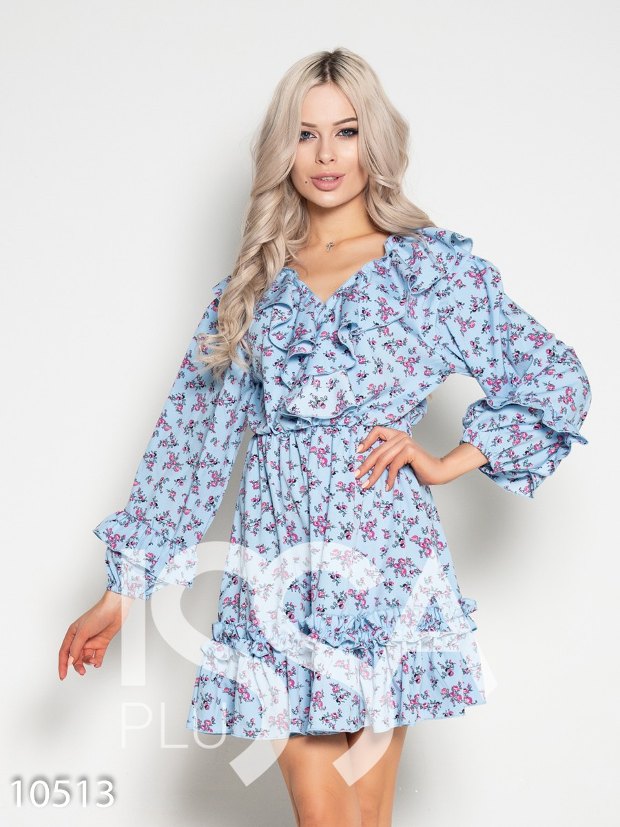 Голубое принтованное платье с воланами