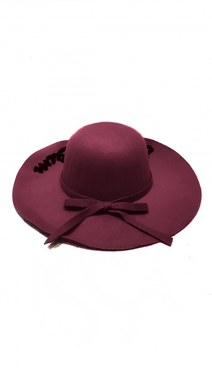Бордовая широкополая шляпа с надписью