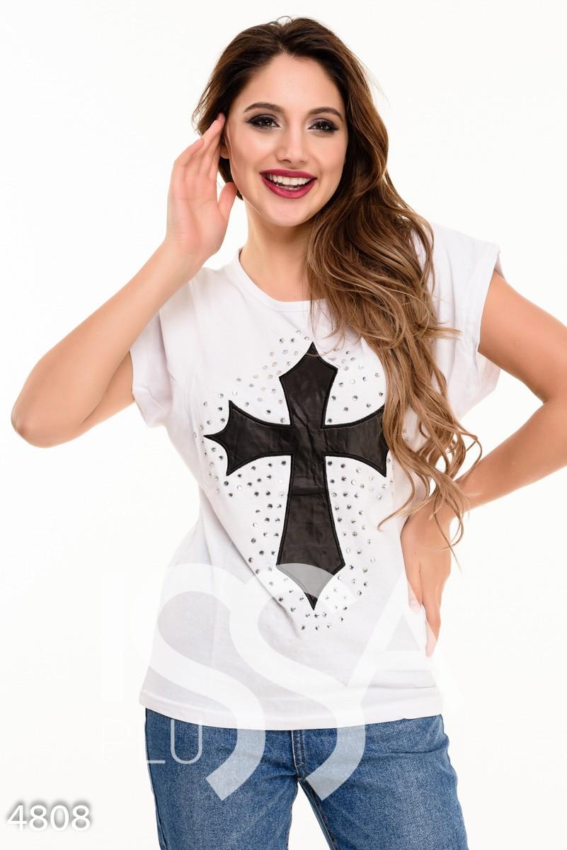 Белая футболка с черным кожаным крестом на груди
