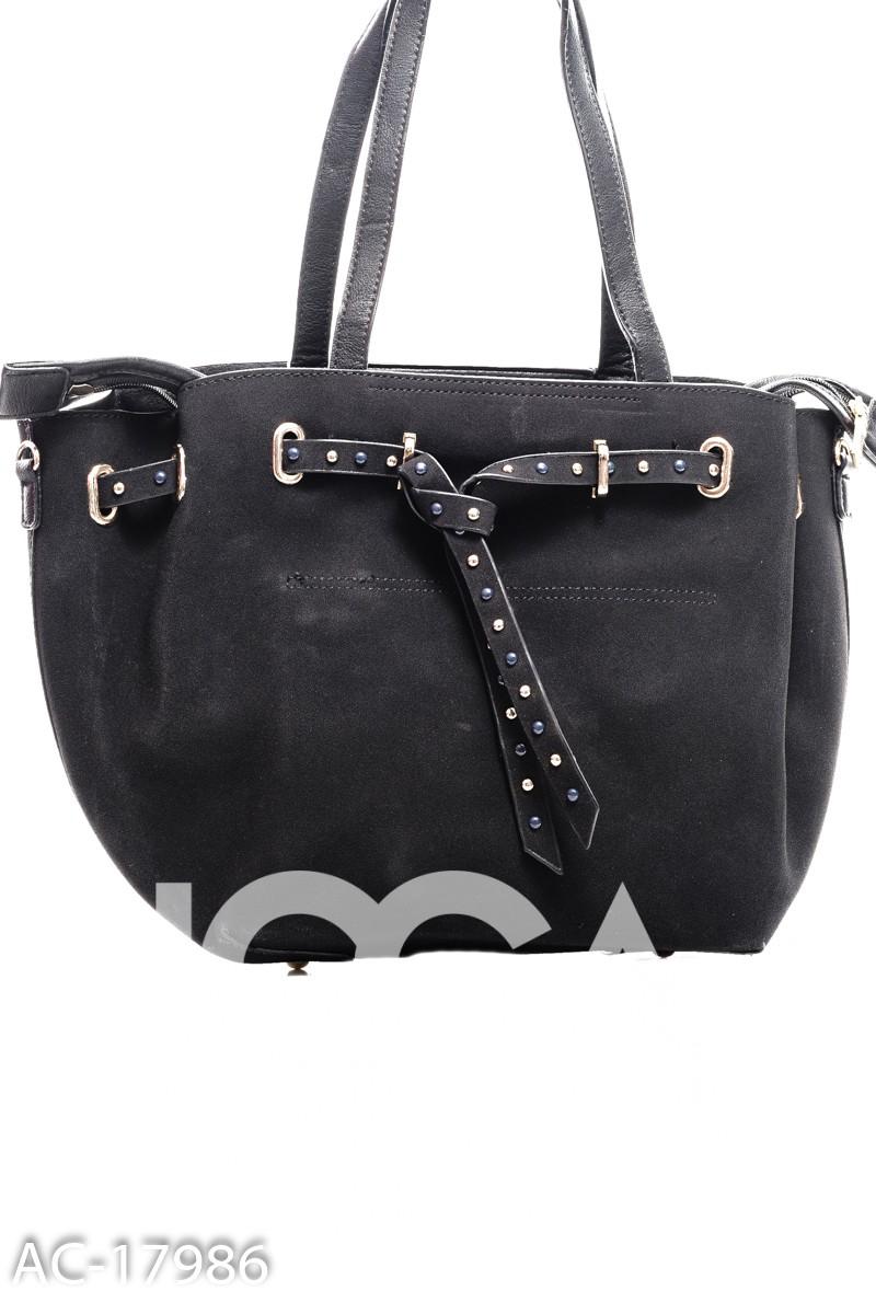 Черная сумочка со вставленным ремешком в цветных камушках