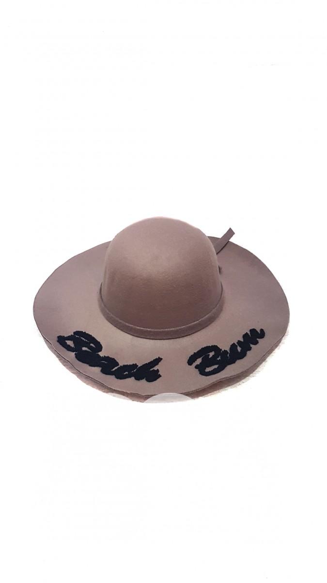Бежевая широкополая шляпа с надписью