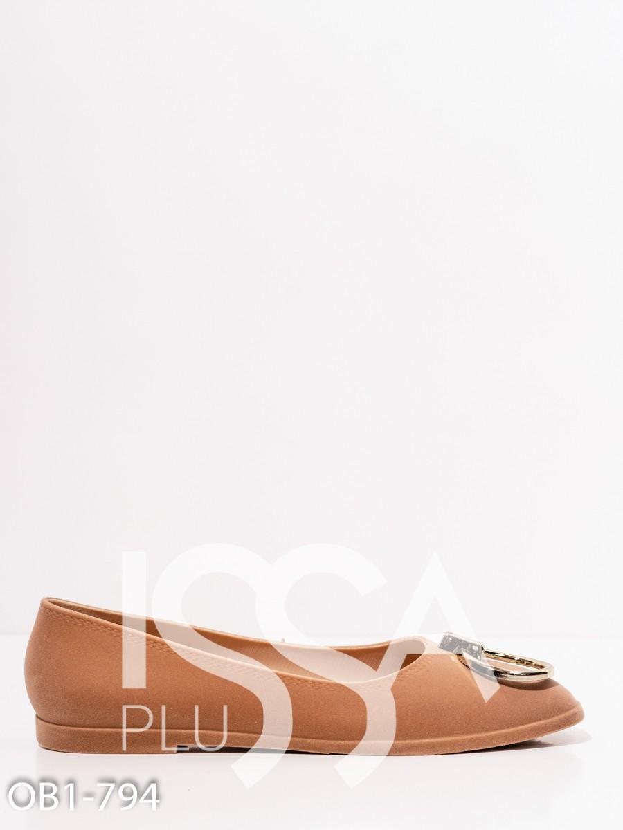 Бежевые велюровые туфли с пряжками на мысках