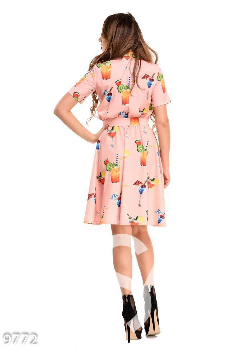 Розовое приталенное платье под пояс с рисунком коктейлей